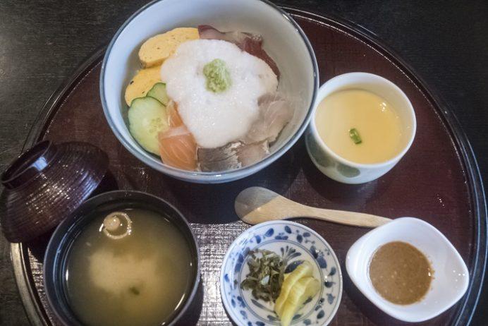 新鮮食彩 市むら(東長崎地区、長崎市かき道)の海鮮とろろ丼