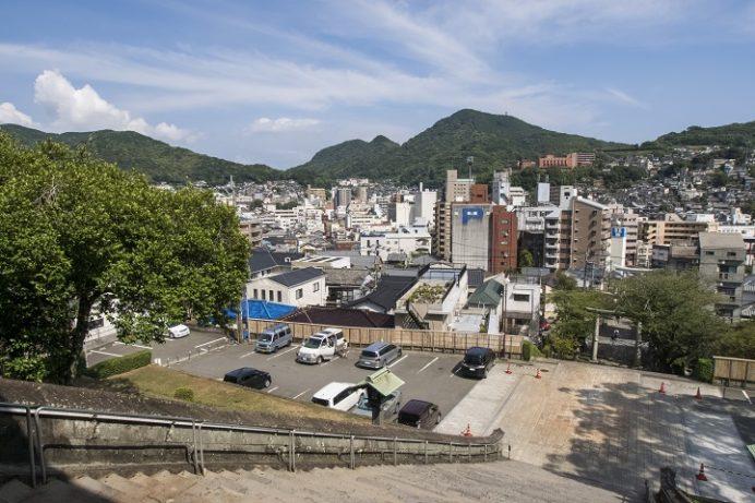 鎮西大社 諏訪神社(長崎市上西山町)、大門からの彦山と踊馬場