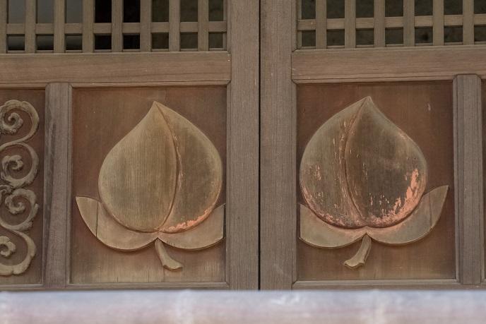 万寿山 聖福寺(長崎市玉園町)、鐘楼・聖福寺の梵鐘 (市指定有形文化財)、鐘鼓楼正面の浮彫り彩色の桃