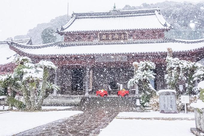 興福寺(長崎市寺町、唐寺)の大雄宝殿、雪化粧