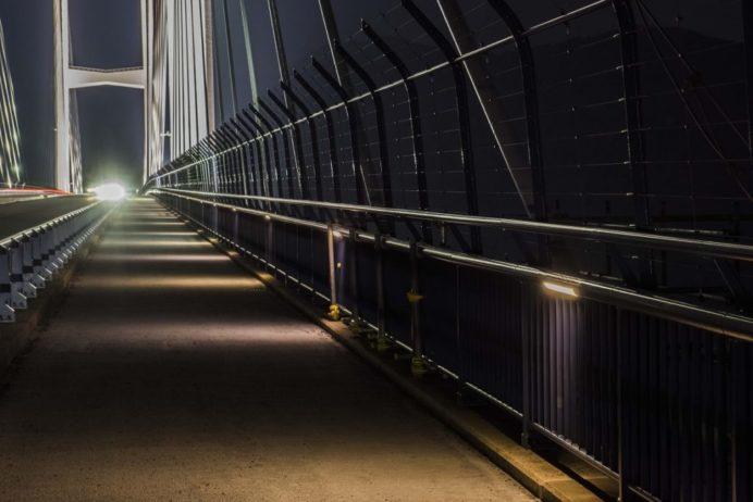 女神大橋(長崎市西泊町)の遊歩道(夜間)