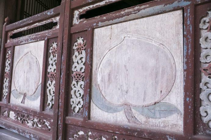 万寿山 聖福寺(長崎市玉園町)、大雄宝殿(本殿)、大雄宝殿正面半扉の浮彫り彩色の桃 桃をあしらった意匠、桃の紋様