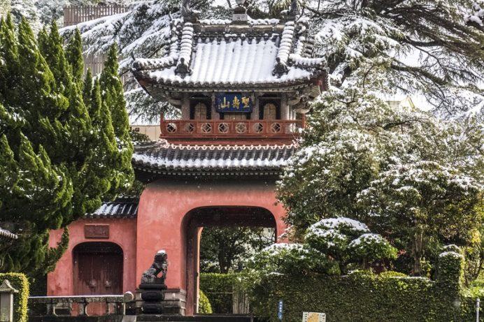 崇福寺(長崎市鍛冶屋町)の三門(龍宮門)、雪化粧