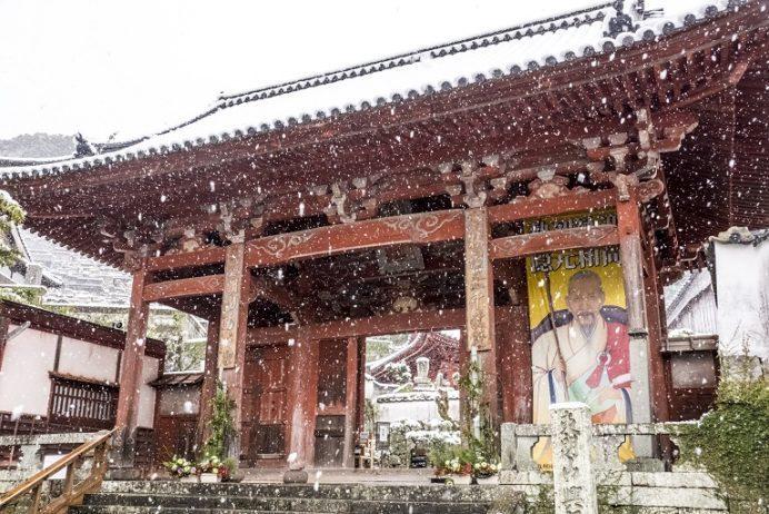 興福寺(長崎市寺町、唐寺)の山門(あか門)の雪化粧