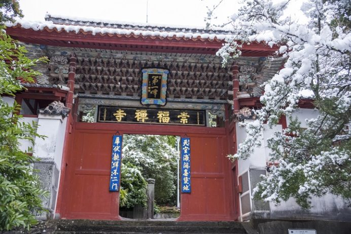 長崎の崇福寺。第一峰門(国宝)、雪化粧