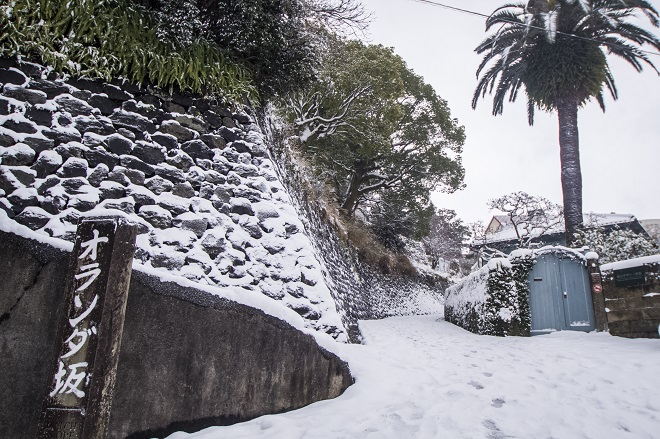 オランダ坂(活水坂 、活水学院下の坂)長崎市東山手、雪化粧
