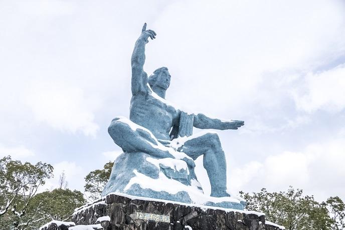 平和公園(長崎市松山町)の平和祈念像、雪化粧