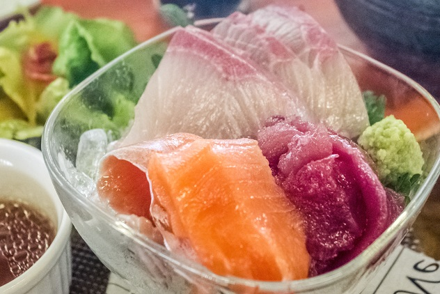 長崎海鮮SARUUUKEY(サルーキー)、長崎市京泊の刺身とサーモンの香草焼き定食