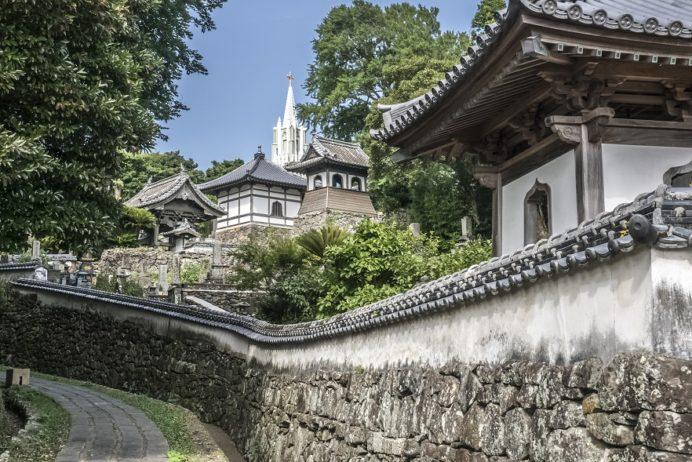 平戸の寺院と教会の見える風景(平戸市)